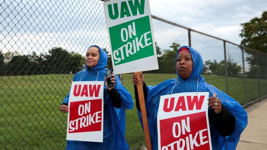 Trabajadoras de GM afiliadas a UAW, este domingo en el exterior de una fábrica de la compañía del sector de los motores en Michigan.