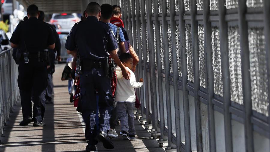 Agentes estadounidense escoltan a solicitantes de asilo de vuelta a Nuevo Laredo el pasado 17 de julio.