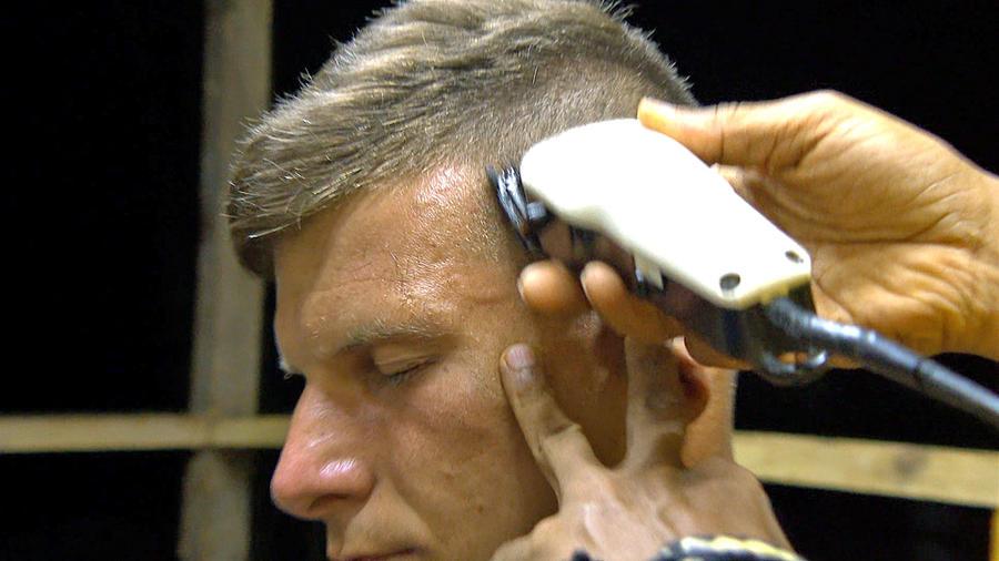 Mack cierra los ojos en corte de pelo