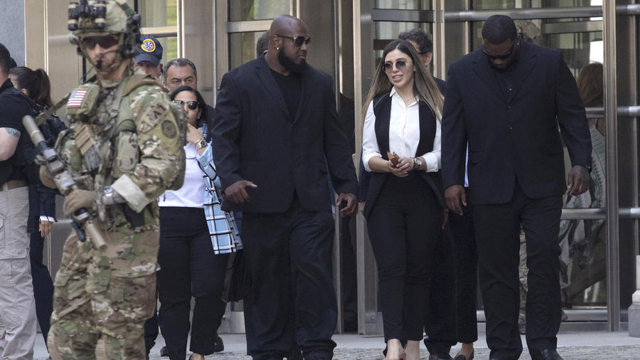 Coronel sale de la corte el 17 de julio tras escuchar la sentencia a su marido.  A la derecha, con la cabeza gacha, Bailey.