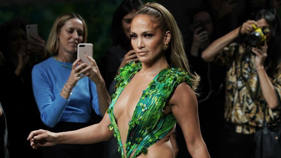 El famoso vestido verde de los Grammys con el que JLo cerró el show de Versace