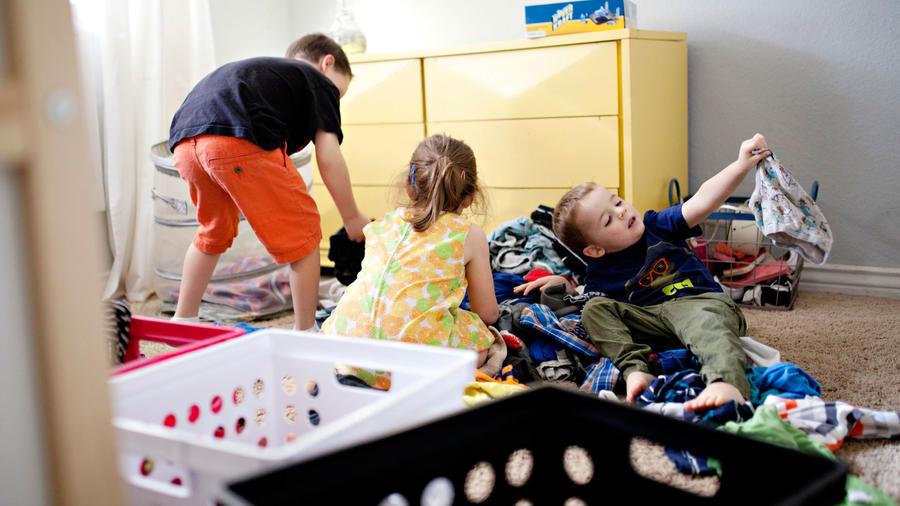 Niños organizando ropa