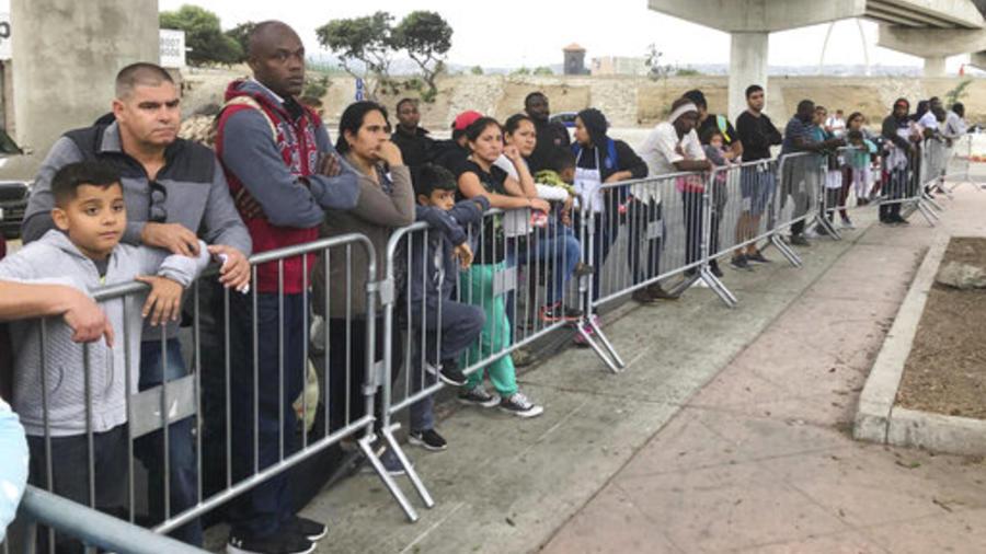 Migrantes esperan este jueves en Tijuana, México, su cita para solicitar asilo a EEUU.