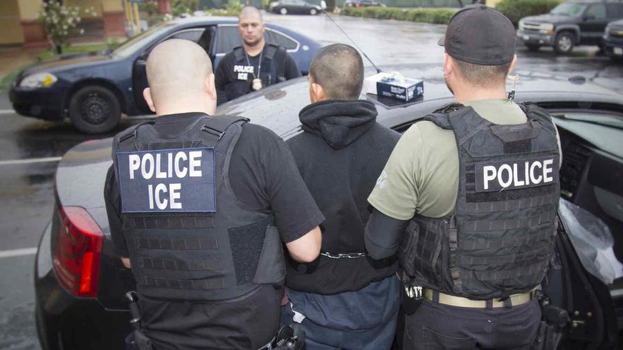 Agentes de ICE detienen a un extranjero en una imagen de archivo.