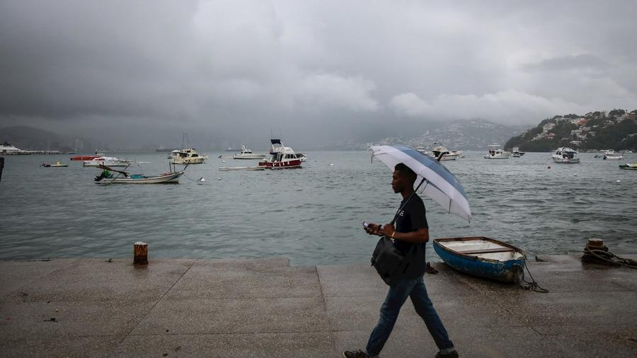El puerto de Acapulco, México, afectado por el paso de la tormenta tropical Narda este domingo por la mañana.