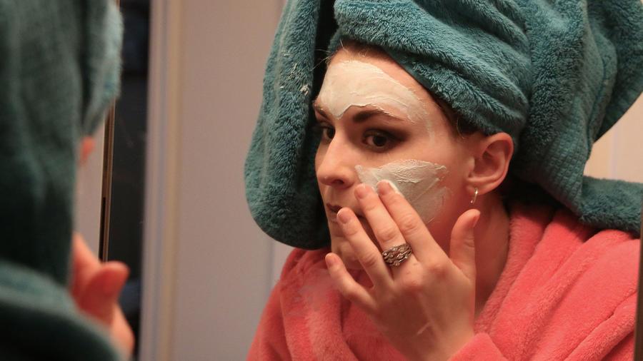 Mujer con crema facial