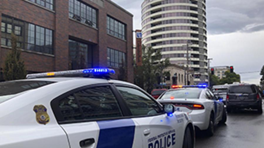 La policía responde a un tiroteo en un edificio para personas mayores en Vancouver, Washington.
