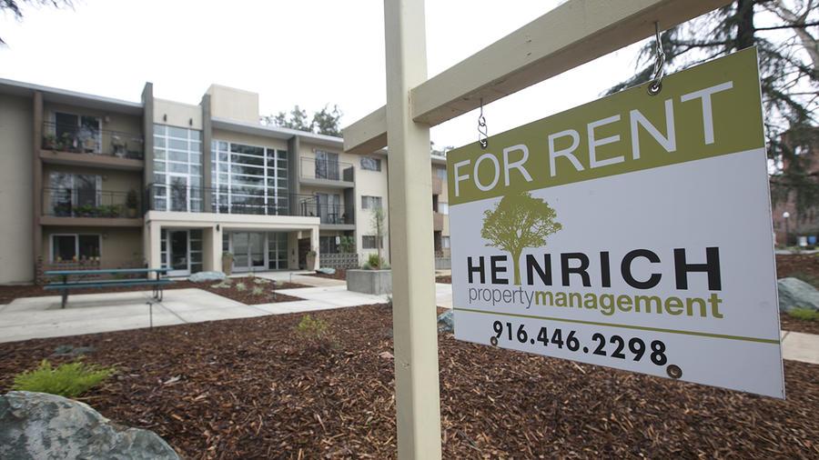 """Un cartel de """"Se renta"""" aparece fuera de una propiedad en California."""