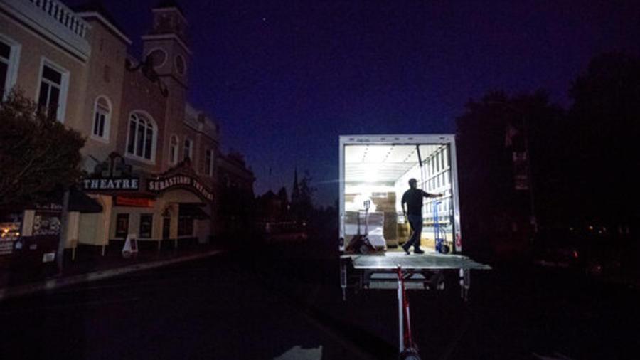 Un repartidor de mercancías este miércoles en Sonoma, completamente a oscuras por un apagón preventivo puesto en acto por la compañía Pacific Gas & Electric.