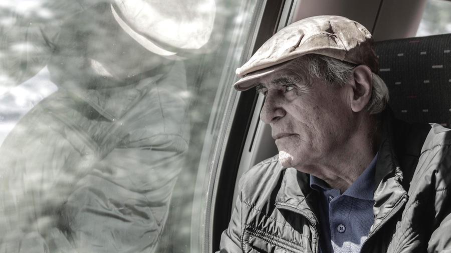 Anciano viajando
