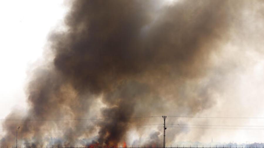 El humo de incendios provocados en los combates en el norte de Siria entre Turquía y kurdos en una foto tomada este domingo desde el lado turco de la frontera.
