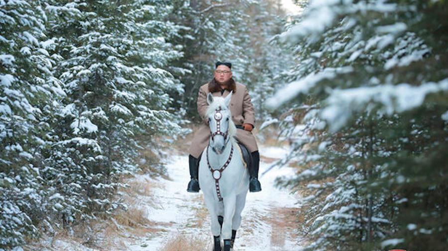 El líder norcoreano, Kim Jong-UN, montando a caballo en el monte Paektu.