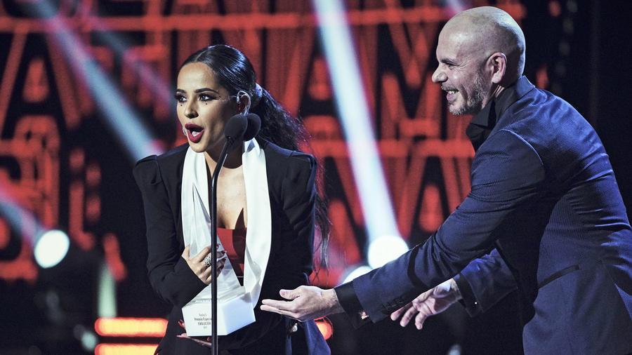 Becky G recibe premio Evolución Extraordinaria en los Latin AMAs 2019