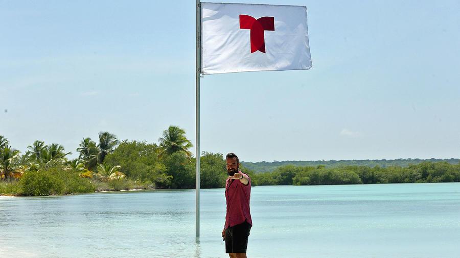 Erasmo posa en el mar Caribe