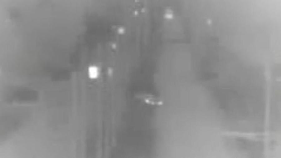 Captura de pantalla del video de CBP donde se observa, al centro, el auto en que la familia cruzó a EEUU