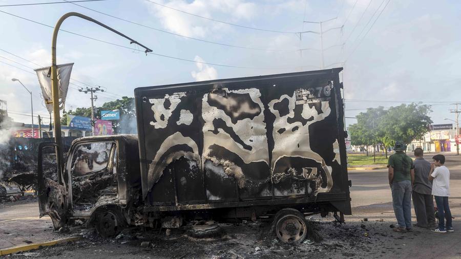 Los restos de un camión que presuntos sicarios del cártel de Sinaloa incendiaron en Culiacán