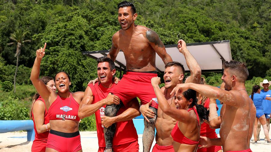 Venado Medina celebra la victoria en brazos de sus compañeros