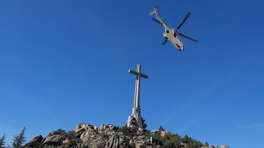 Un helicóptero del ejército español traslada el ataúd del ex dictador Francisco Franco desde el Valle de los Caídos, ubicado cerca de Madrid, a un cementerio cercano.