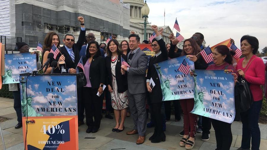 Legisladores demócratas y activistas afines celebran presentación de ley para facilitar integración de inmigrantes y refugiados en EEUU