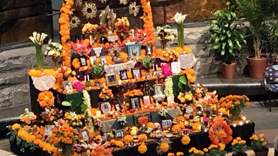 """Un altar en honor al """"Día de los Muertos"""", elaborado por la artista chicana, Ofelia Esparza, figura de forma prominente en un festival de tres días en la Institución Smithsonian"""