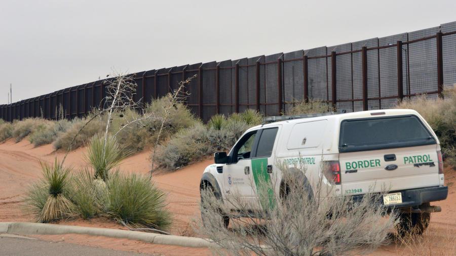 Imagen de archivo de un patrullero fronterizo junto al muro en Santa Teresa.