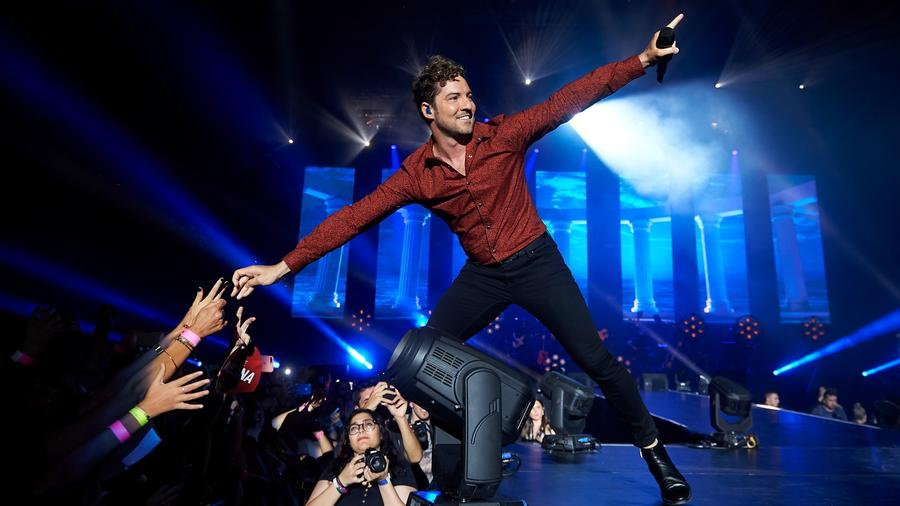 David Bisbal sings to the crowd during concert