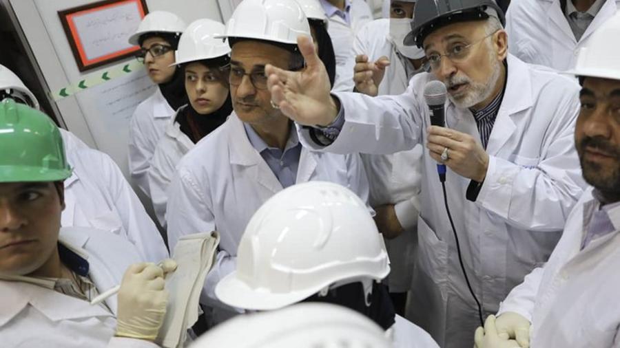 En esta imagen publicada el lunes 4 de noviembre de 2019 por la Organización de Energía Atómica de Irán, Ali Akbar Salehi, director de la organización, habla con los medios durante una visita a la planta nuclear de Natanz, en el centro de Irán.