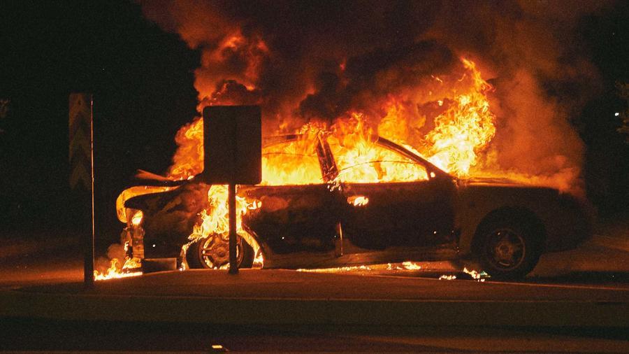 Auto arde en llamas