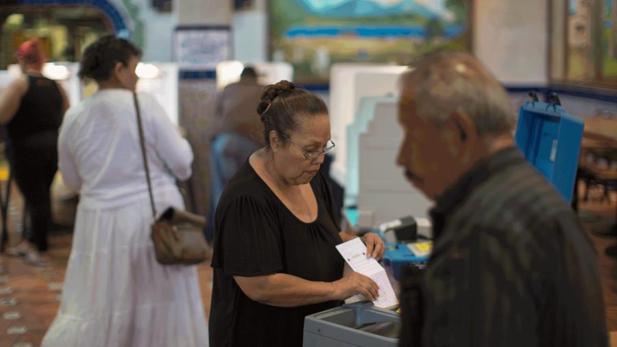 Mujer hispana participa en las elecciones