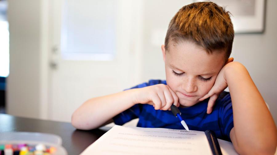 Niño haciendo tarea