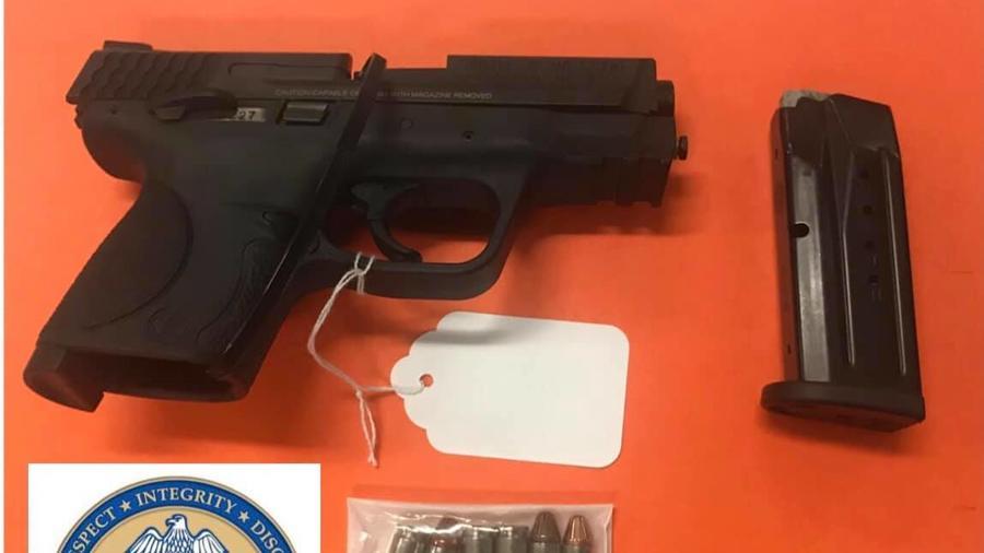 Arma encontrada en la mochila de un menor de seis años.