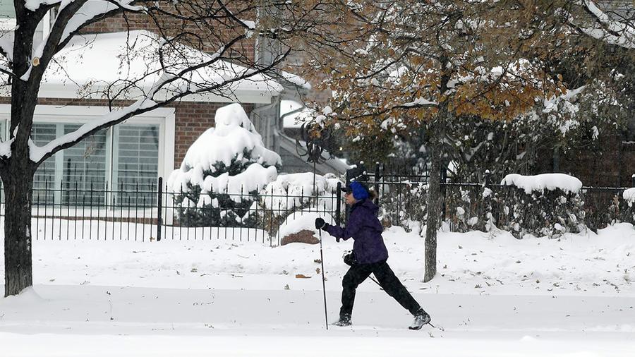 Una persona camina en medio de la nieve en Denver, Colorado.