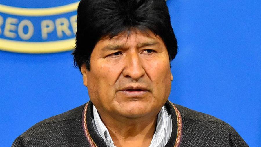 El presidente de Bolivia, Evo Morales, habla durante una breve comparecencia en la mañana de este domingo, en el hangar presidencial de El Alto (Bolivia).