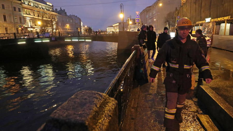Investigators by apartment block where St Petersburg University historian suspected of murder lives