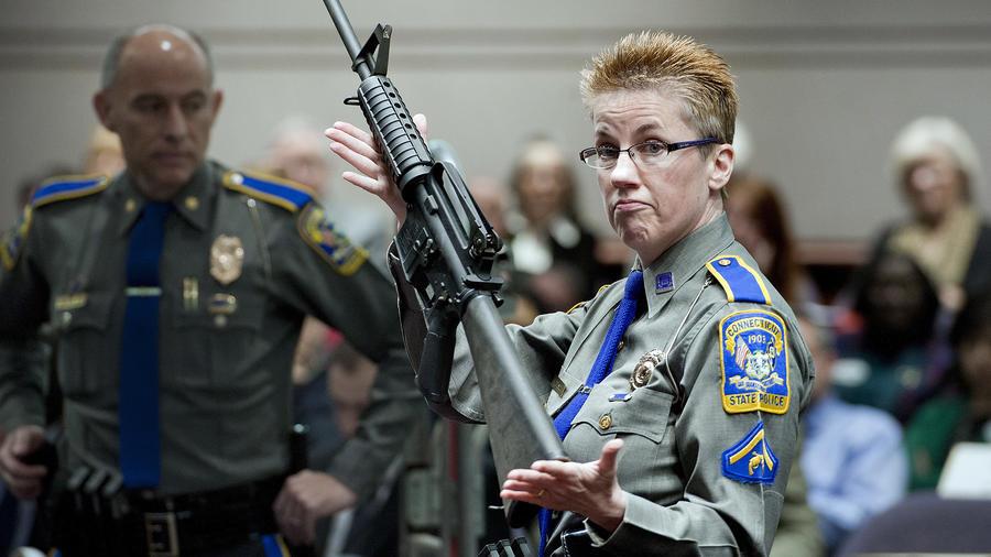 La detective Barbara J. Mattson, de la Policía Estatal de Connecticut, sostiene un rifle Bushmaster AR-15, similar al utilizado en la masacre de Sandy Hook. (Imagen de archivo de 2013).