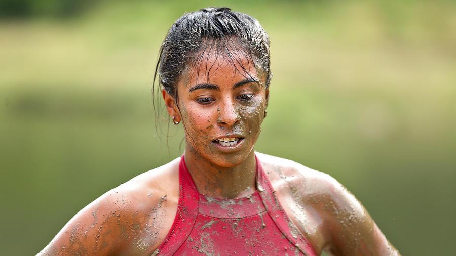 Shaila mira hacia abajo con llena de barro
