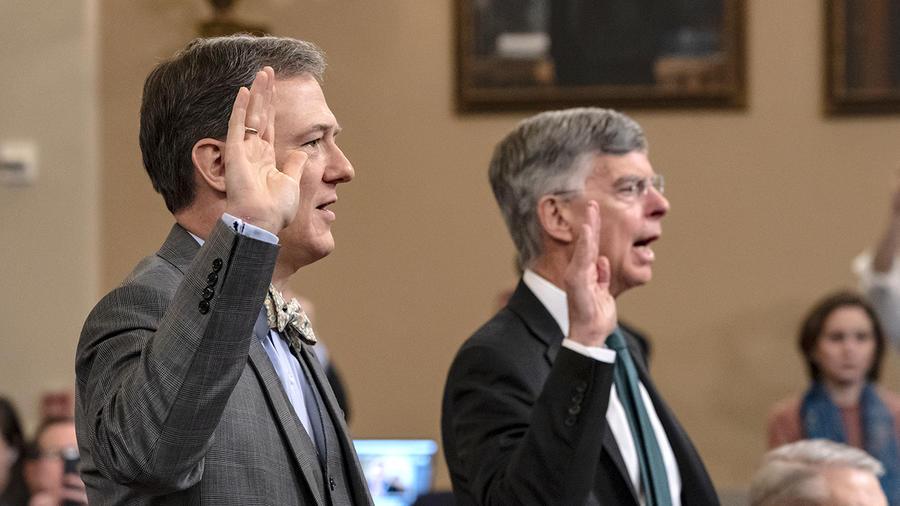 El diplomático de carrera, George Kent, izquierda, y el principal diplomático estadounidense en Ucrania, William Taylor, a la derecha, testifican ante el comité de Inteligencia de la Cámara Baja en Washington, el 13 de noviembre de 2019, durante las prime