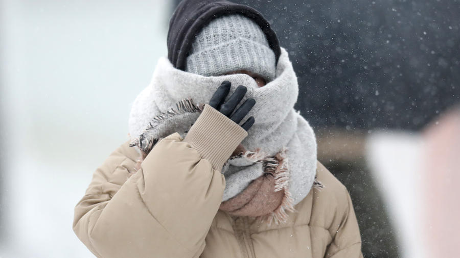 Una mujer se protege del frío en Chicago.