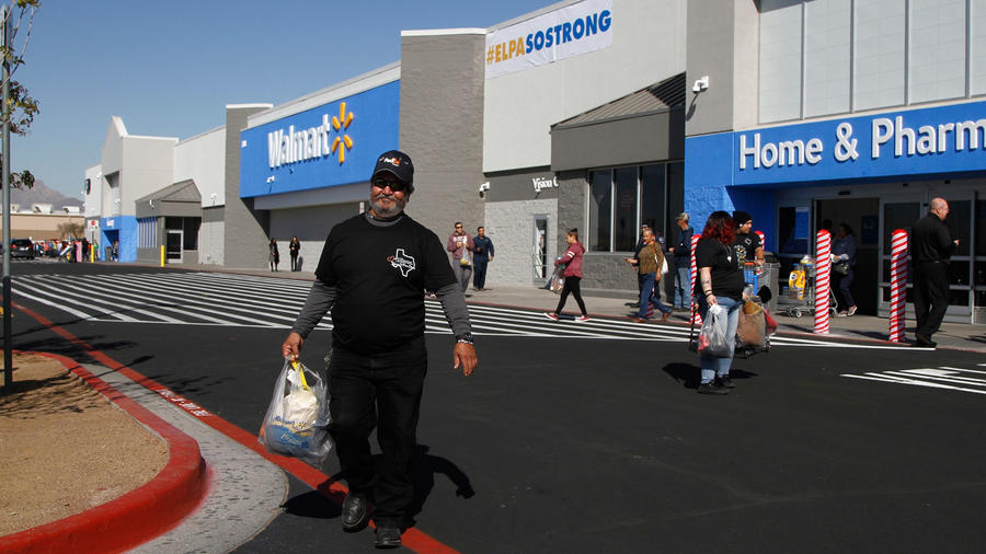Un comprador sale del Walmart de Cielo Vista, en El Paso, el día de la reapartura tras la masacre del 3 de agosto/AP