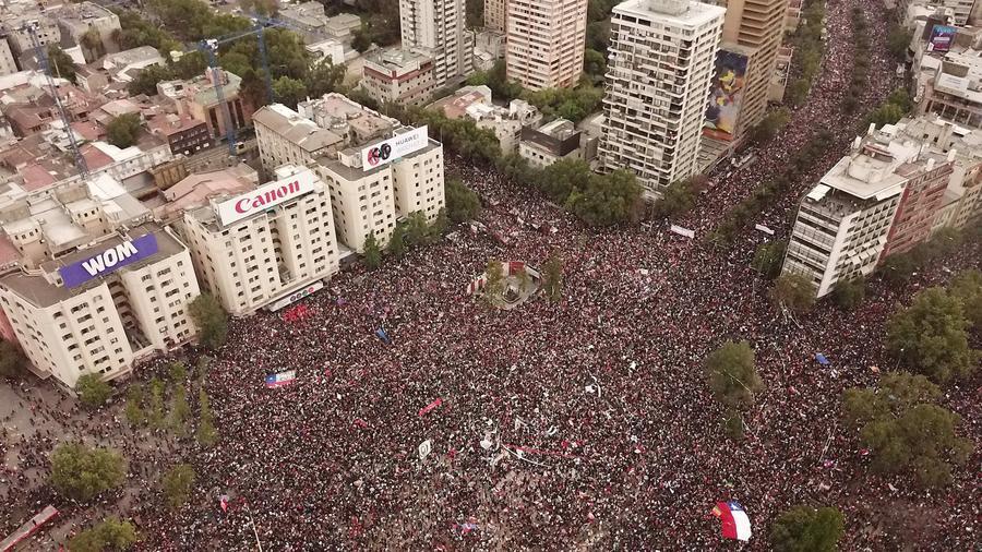 Multitudinaria protesta en Santiago de Chile, el pasado octubre.