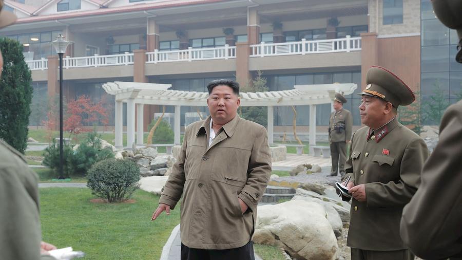 El líder de Corea del Norte, Kim-Yong-un, en una imagen sin fecha junto a funcionarios militares.