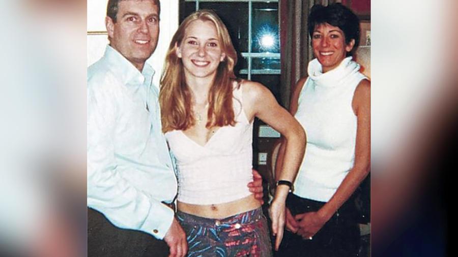 Foto fechada de 2001 de la declaración jurada de Virginia Giuffre, centro, abrazada por el Príncipe Andrew, izquierda, y Ghislaine Maxwell, derecha, la exnovia del pedófilo convicto fallecido Jeffrey Epstein. Giuffre acusa al príncipe de haberla violado e