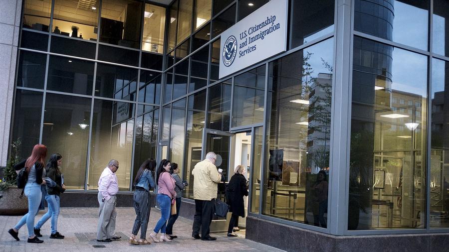 122/5000 Las personas ingresan a la oficina de Servicios de Ciudadanía e Inmigración en la madrugada del 22 de abril de 2019, en Fairfax, Virginia.