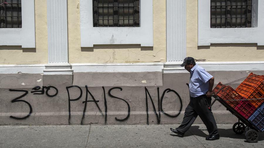 Un rayado cerca del Congreso en Guatemala muestra el rechazo al acuerdo que ese país firmó con Estados Unidos para recibir migrantes.