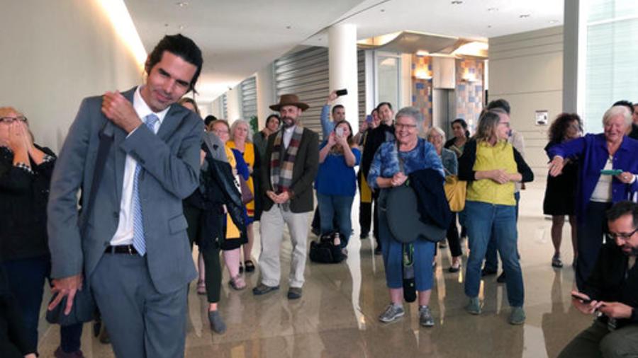 El activista pro-migrantes de Arizona Scott Warren (a la izquierda) a la salida de la corte de Tucson, en el mismo estado, después del veredicto absolutorio del jurado de este miércoles.