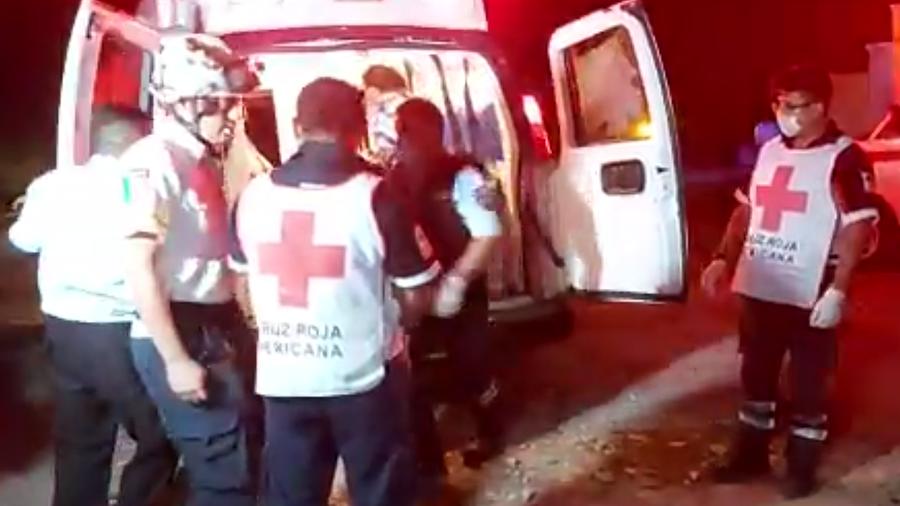 Miembros de equipos de rescate en la zona del accidente que provocó varios heridos y muertos este jueves en Chiapas.