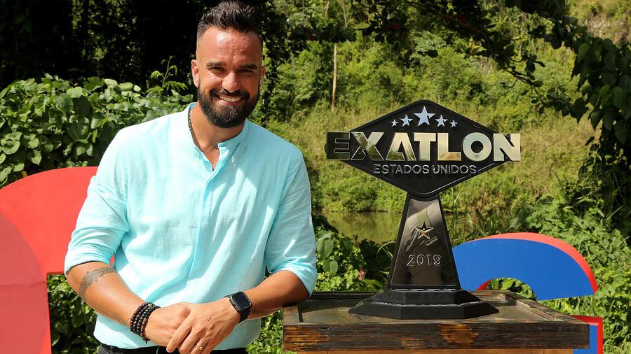 Erasmo posa con el trofeo de campeón de Exatlón