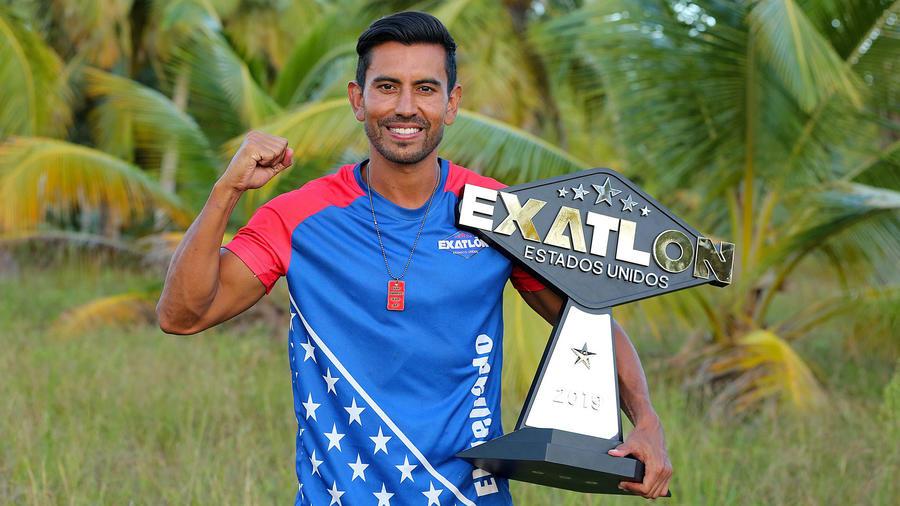Venado Medina con su trofeo de campeón