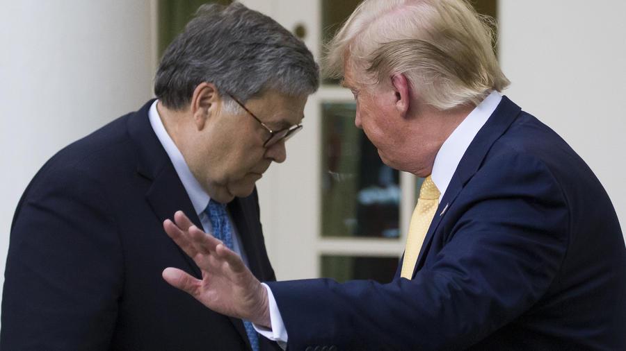 William Barr, a la izquierda, junto a Trump en la Casa Blanca en julio de 2019.