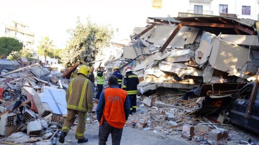 131/5000 Los bomberos se paran junto a un edificio dañado después de un terremoto de magnitud 6.4 en Durres, Albania occidental, el martes 26 de noviembre de 2019.